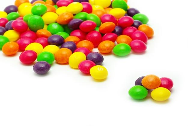 Set di confetti dolci di diverso colore su bianco