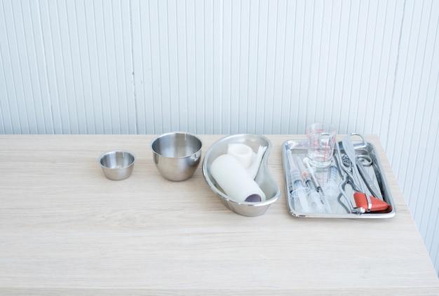 Set di siringa e oggetto chirurgico su tablet su sfondo bianco. apparecchiature mediche