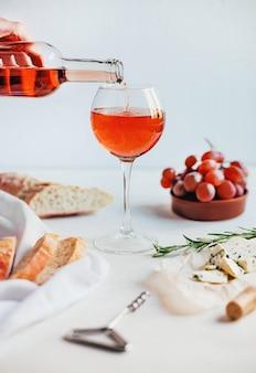 Apparecchiare la tavola con vino e cibo