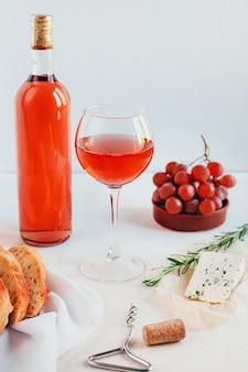 Impostare la tavola con vino e cibo