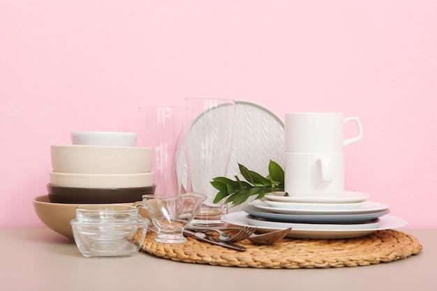 Un set di stoviglie in tavola
