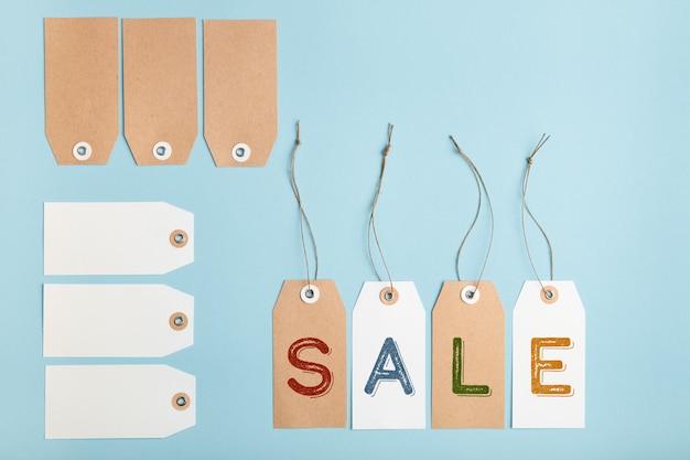 Insieme delle etichette con la parola vendita sulla tavola blu