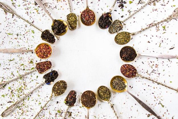 Set di tè sui cucchiai di argenteria vintage, vari tè, tè nero, fiore, verde e alla menta