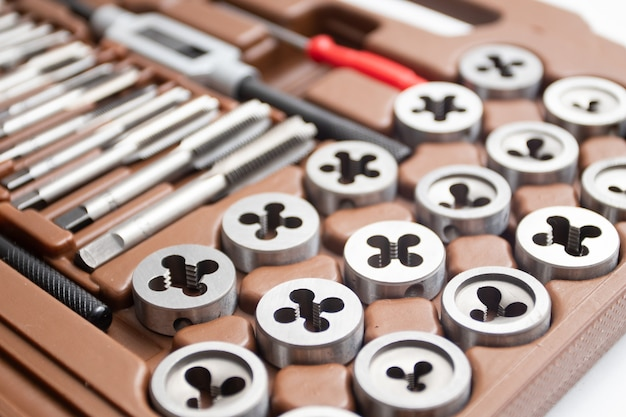 Set di strumento di taglio del filo. rubinetto e altri dettagli di intaglio