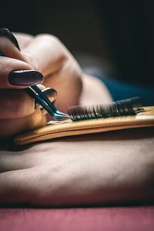 Il set di strumenti per gli occhi. l'attrezzatura cosmetica è composta da pennelli per ciglia, mascara, bigodino e ciglia finte.