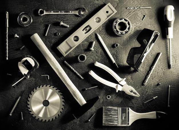 Set di strumenti e strumenti su sfondo nero