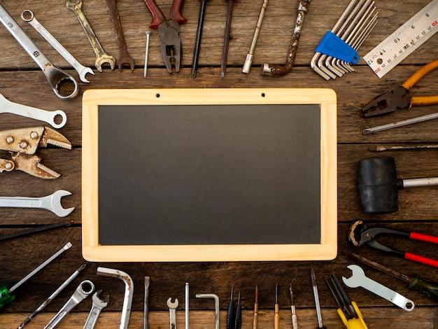 Set di strumenti e strumenti su fondo in legno