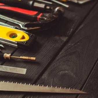 Una serie di strumenti disposti a semicerchio sopra il tavolo di legno con spazio per le copie