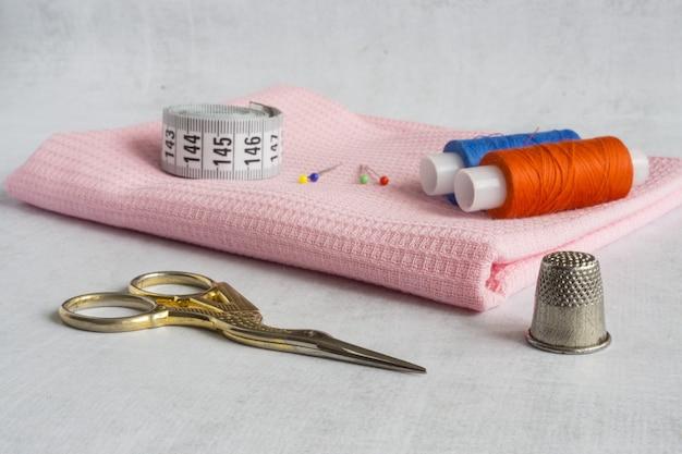 Un set di strumenti per cucire e ricamare