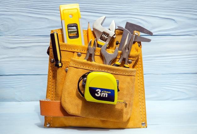 Metti gli strumenti nella borsa di camoscio per i maestri costruttori