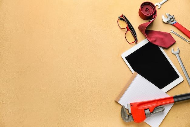 Set di strumenti e computer tablet sulla superficie del colore