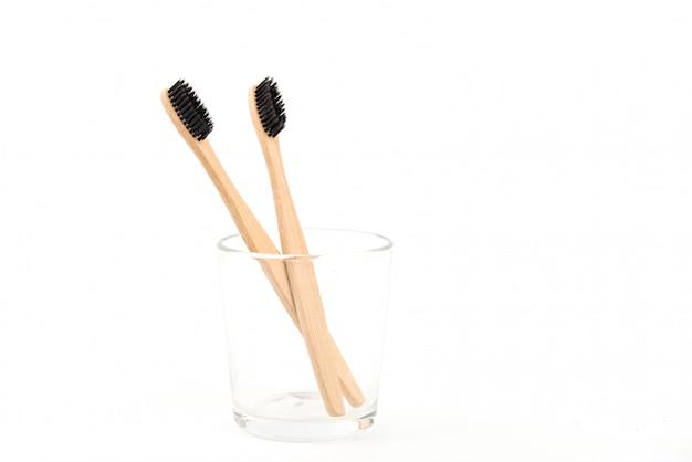 Set di spazzolini da denti in vetro isolato su sfondo bianco. bambù ecologico. zero sprechi