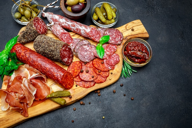 Set di tradizionale spuntino a base di carne italiana. salame, prosciutto, olive, capperi