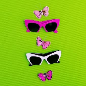 Impostare occhiali da sole alla moda. moda estiva romantica