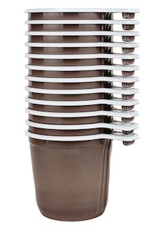 Set di dodici tazze in plastica bianca usa e getta inutilizzate con trama satinata marrone all'esterno isolato su bianco
