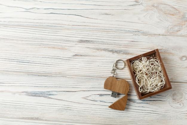 Un set di due cuori decorativi in legno sullo sfondo di legno con spazio di copia. un regalo per san valentino in una scatola di legno. concetto di storia d'amore.