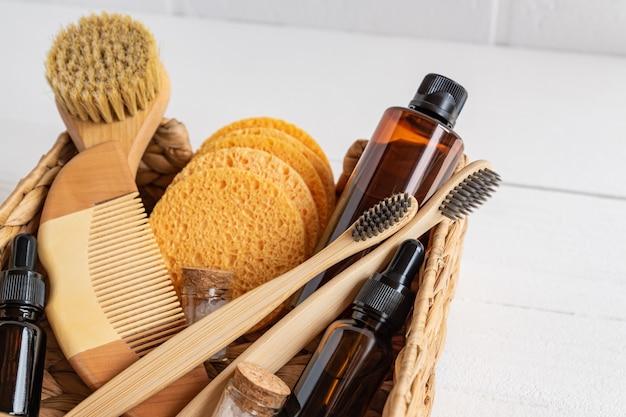 Set di vari accessori da bagno. spazzola per il viso, sapone, pettine, olio, shampoo e spugne. la vista dall'alto con lo spazio del coppy
