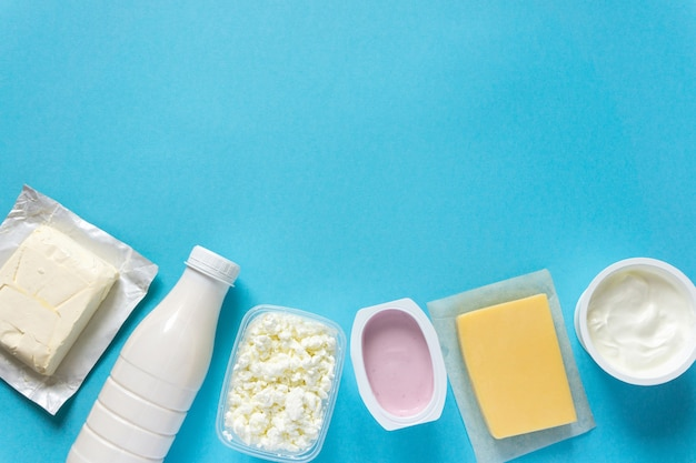 Set di vari prodotti lattiero-caseari freschi su sfondo blu