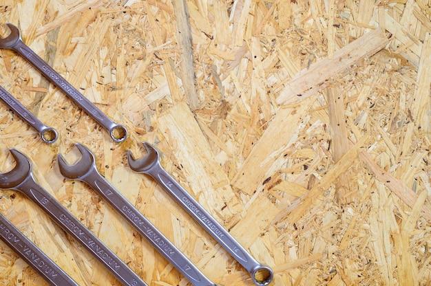 Insieme di vari attrezzi manuali di riparazione o strumenti del meccanico automatico. kit di strumenti di riparazione. attrezzature per l'edilizia. sfondo di legno, pattern, vista dall'alto. spazio per il testo