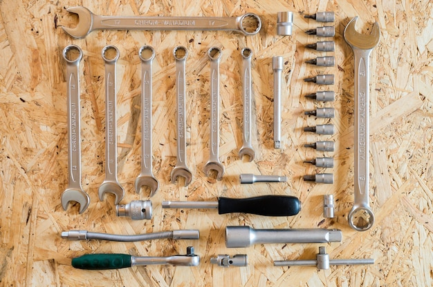 Insieme di vari attrezzi manuali di riparazione o strumenti del meccanico automatico. kit di strumenti di riparazione. attrezzature per l'edilizia. sfondo di legno, pattern, vista dall'alto