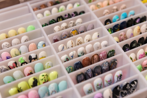 Un insieme di vari campioni di chiodi per estensione con vari modelli. portfolio del maestro manicure.