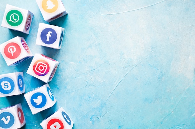 Insieme di vari blocchi di social media sul muro dipinto di blu