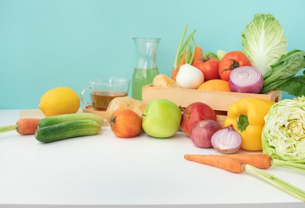 Insieme di vari ortaggi sul bancone della cucina tavolo