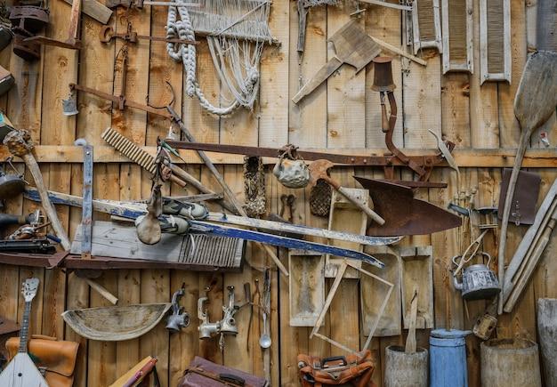 Insieme di vari oggetti vintage sulla parete in legno
