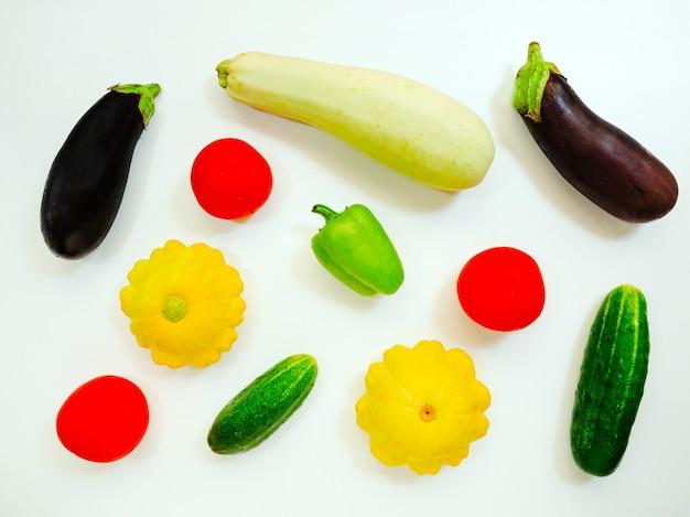 Insieme delle verdure isolate su un fondo bianco, melanzane, zucchine, pomodori, peperoni, cetrioli. concetto di cibo sano.
