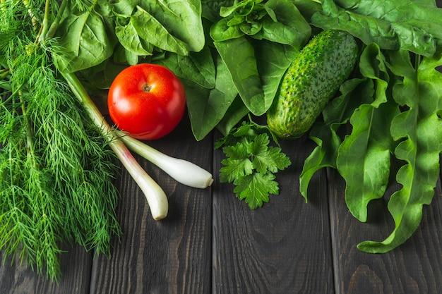 Un insieme di verdure per una dieta a base di insalata su un tavolo nero