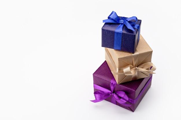 Un set di scatole regalo verticali in una confezione divertente, decorate con nastri con fiocchi.