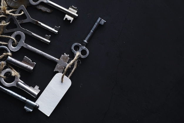 Set di chiavi vintage per una serratura. tasti retrò su uno sfondo di pietra scura. il concetto di scegliere il percorso per raggiungere l'obiettivo.
