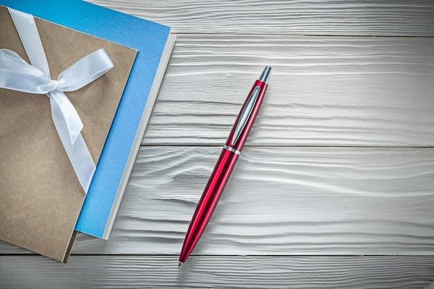 Set di taccuini vintage penna biro rossa sulla tavola di legno direttamente sopra