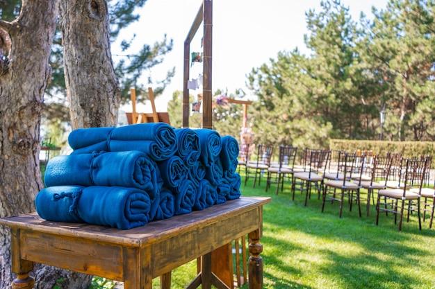 Una serie di caldi tappeti blu a una festa all'aperto, nel caso in cui gli ospiti sentano freddo la sera
