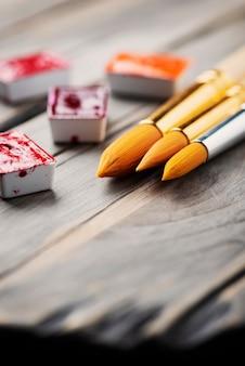 Set di colori ad acquerello e pennelli, messa a fuoco selettiva