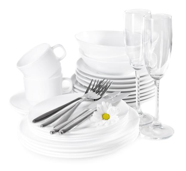 Set di piatti bianchi isolati su bianco