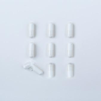 Insieme delle pillole bianche isolate su bianco