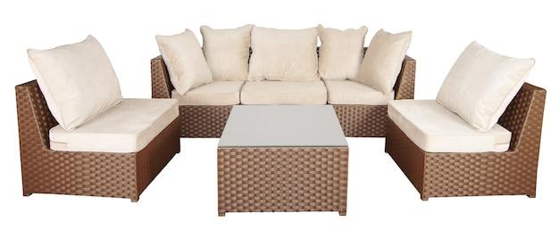 Set di mobili in vimini e rattan per il giardino o il terrazzo. un comodo divano e due poltrone con morbidi cuscini e un tavolino.