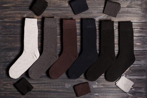 Set di calzini colorati classici invernali, flatlay su uno sfondo di legno