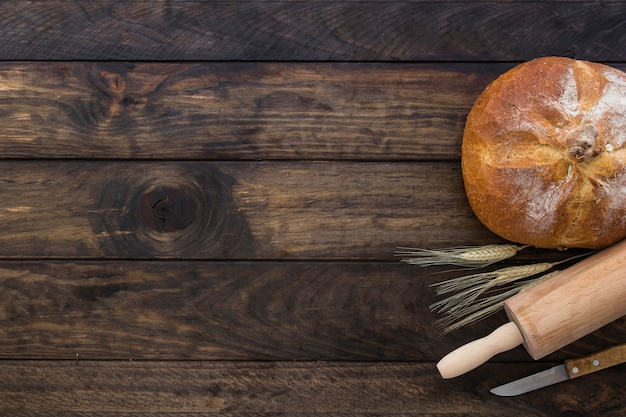 Set con pane mattarello e coltello