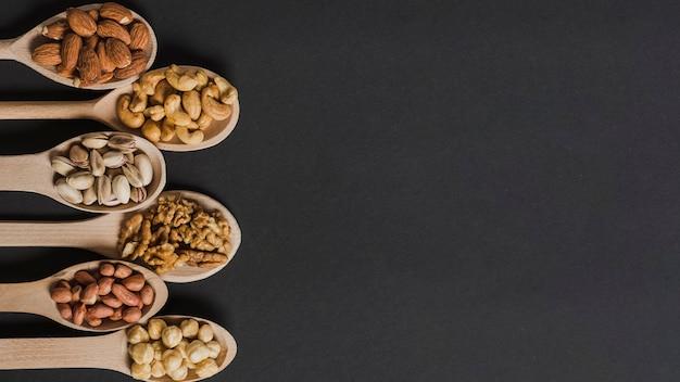 Set di cucchiai di legno con noci Foto Premium