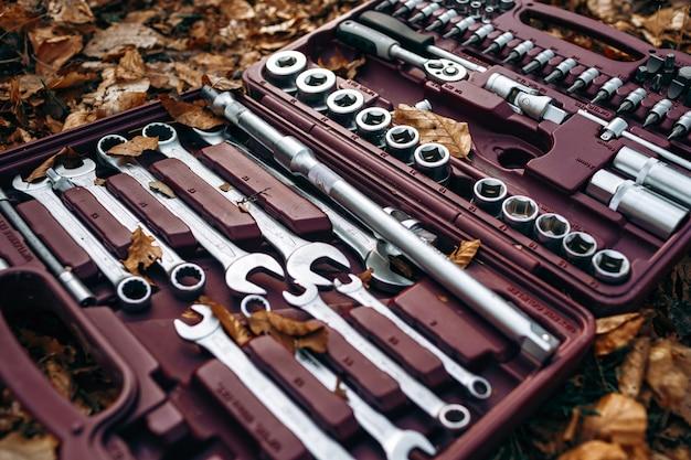 Set di chiavi in una scatola sul suolo della foresta