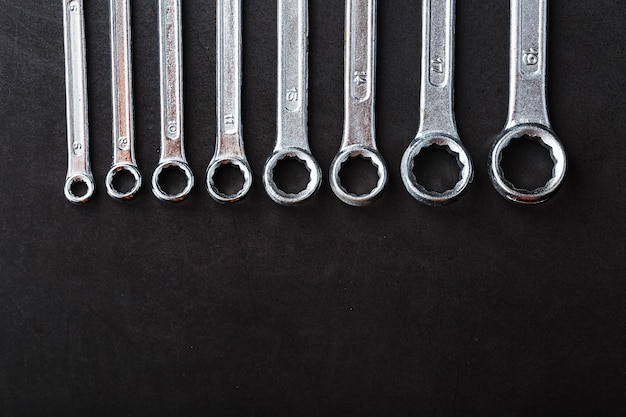 Un set di chiavi di fila su uno sfondo nero di fila. vista dall'alto, spazio libero