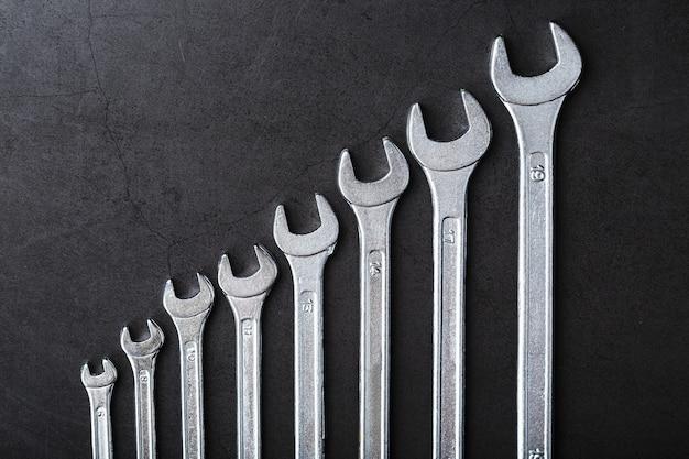 Un set di chiavi di fila su uno sfondo nero di fila.
