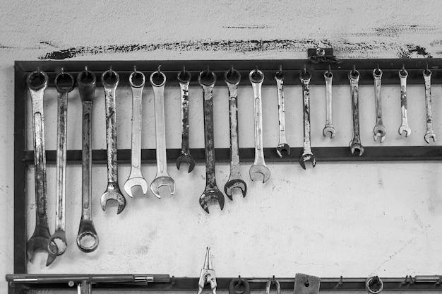 Set di chiavi inglesi appese a una parete in un capanno degli attrezzi o in un'officina