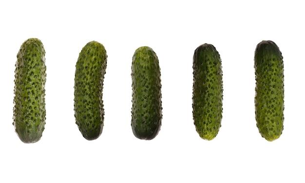 Set di cetrioli sottaceto isolati su sfondo bianco