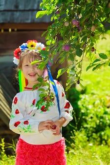 Set di corone tradizionali ucraine sullo sfondo delle foglie