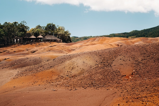 Sette terre colorate a mauritius, riserva naturale, chamarel. la foresta verde è alle nostre spalle. isola di maurizio.