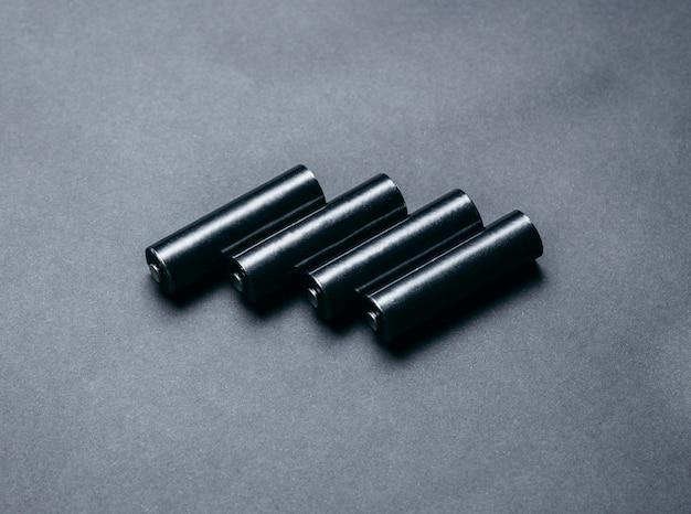 Diverse batterie aa nere vuote su spazio carta nera