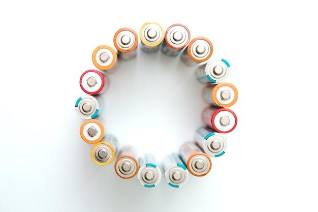 Diverse batterie in forma rotonda. isolato.
